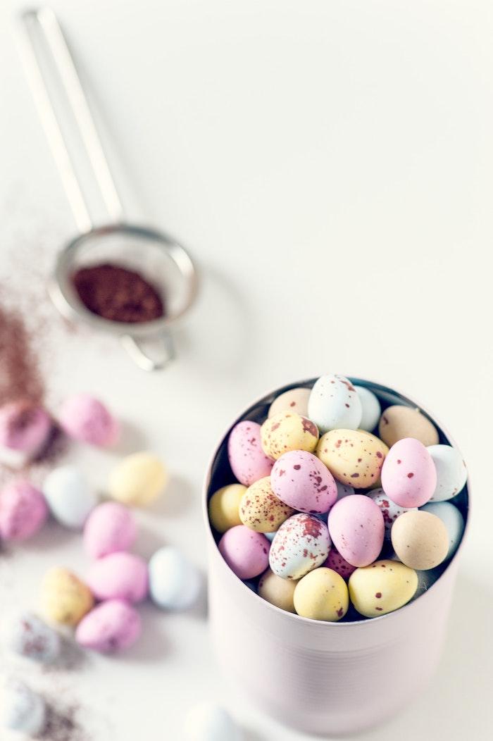 Oeufs au chocolat colorés, belles couleurs bonbons, joyeuses paques images, photo de paques fete printemps
