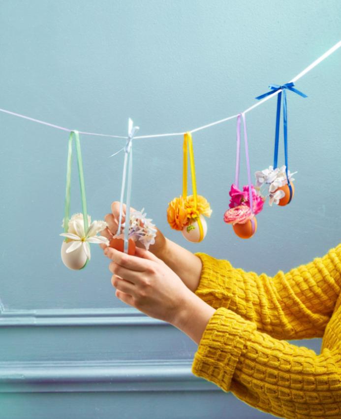 petit vase de fleur dans un oeuf vidé rempli de fleurs, petits vases suspendus sur des fils de laine, decoration paques facile