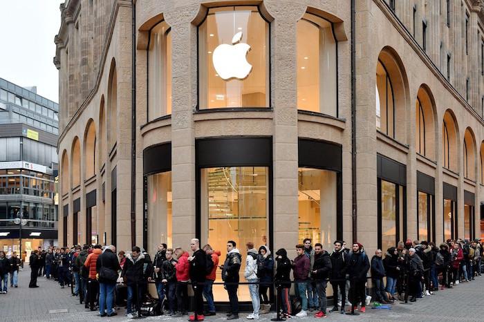 photo queue extérieure pour ouverture apple store Allemagne où les anciens IpHone ont été remis en vente avec des puces Qualcomm