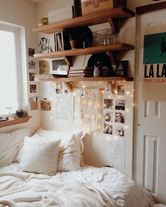 Aménagement chambre 10m2, étagères bois, guirlande lumineuse, photos polaroid carde, deco chambre ado swag mais cosy, intérieur moderne