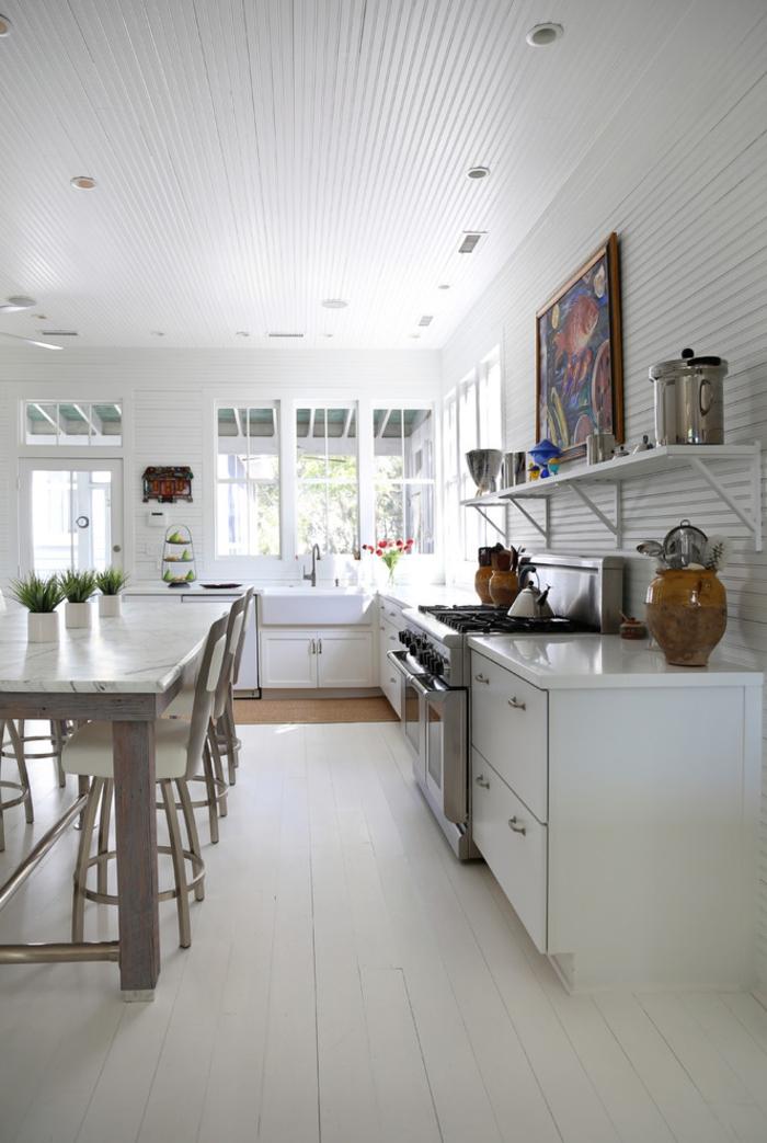 table de repas blanche, tapis blanc, étagère, cuisine style bistrot toute blanche