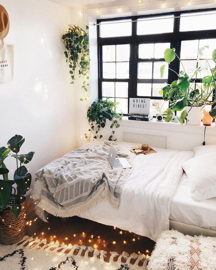 Simple idée chambre ado style tumblr décoration, cool guirlande lumineuse, cadre fenetre noir, chambre blanche bohème