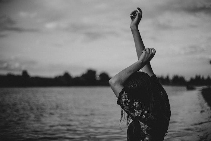 Fille au bord de la mer, photo robe hippie chic dentelle noire, robe bohème chic en dentelle, photo noir et blanc