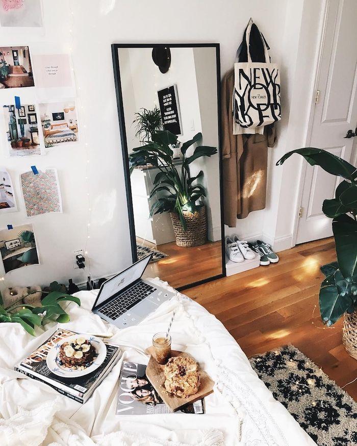 Plantes vertes dans une chambre adolescente, deco chambre ado chouette idée, lit laptop et petit déjeuner, tapis et sol plancher