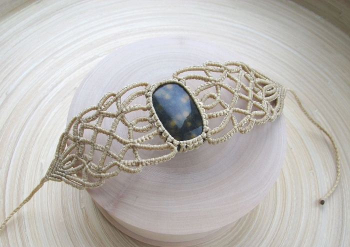 réaliser un bijou soi-même, modèle de bracelet en fil macramé avec pierre, noeud bracelet technique macramé