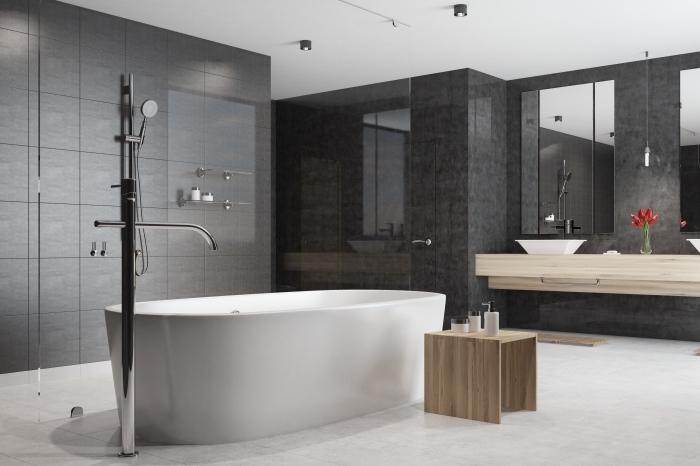 pinterest salle de bain d'esprit moderne aux murs gris foncé, exemple de baignoire autoportante avec robinet métal