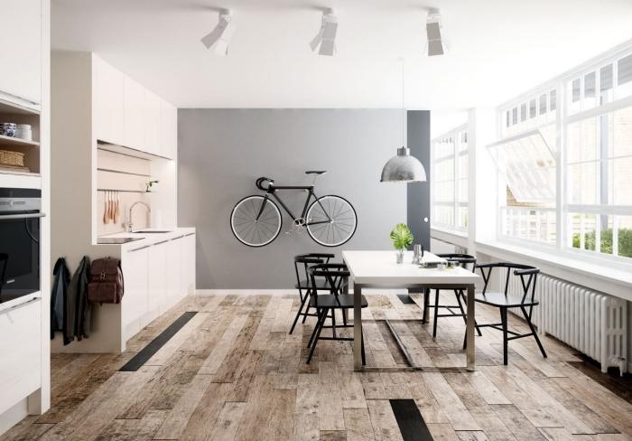 décoration de cuisine au plancher bois et plafond blanc avec mur en gris clair, déco cuisine en longueur avec coin à manger