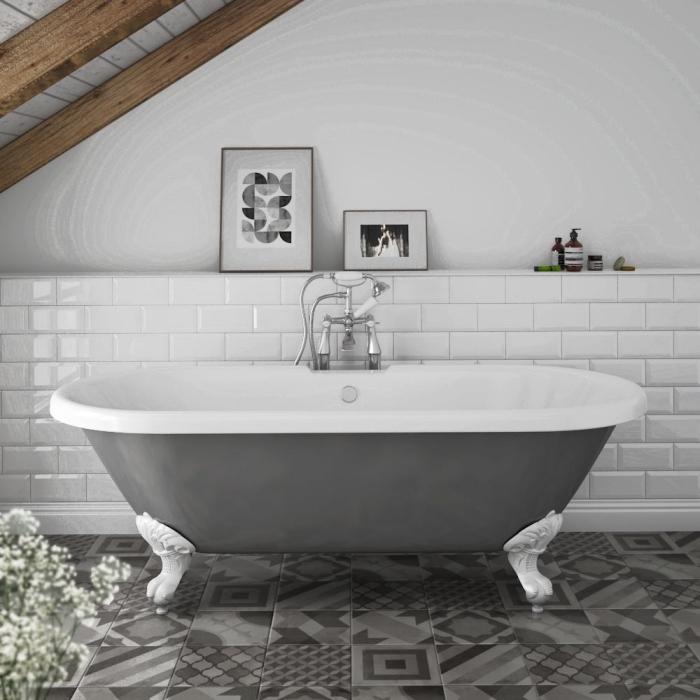 modèle de plafond avec poutres bois, idée déco sous combles, aménagement salle de bain sous pente en blanc et gris