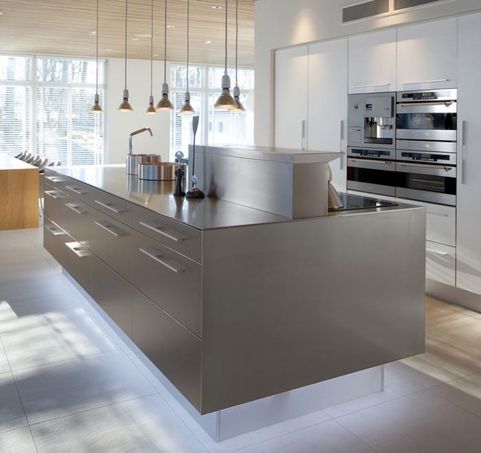 comment associer les couleurs dans une cuisine moderne, modèle de cuisine blanche avec îlot de couleur gris métallisé