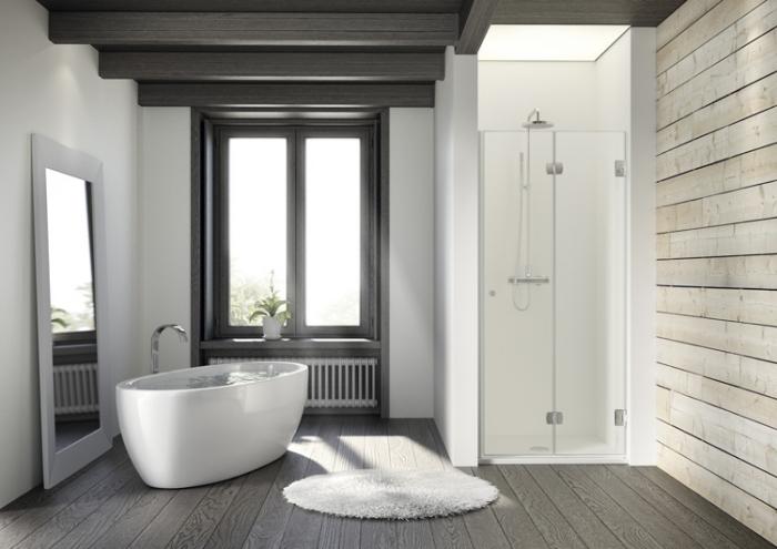 salle de bain blanche avec plafond à poutres en gris anthracite et pan de mur à effet bois, modèle tapis rond salle de bain