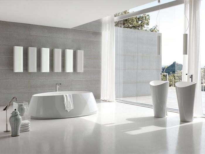 design lumineux dans une salle de bain spacieuse aux murs en gris clair aménagée avec baignoire autoportante