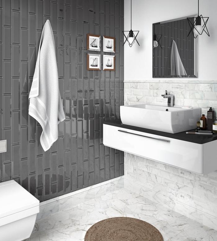 idée quelle couleur associer avec le gris dans une salle de bain blanche, modèle carreaux à effet marbre décoré de tapis marron