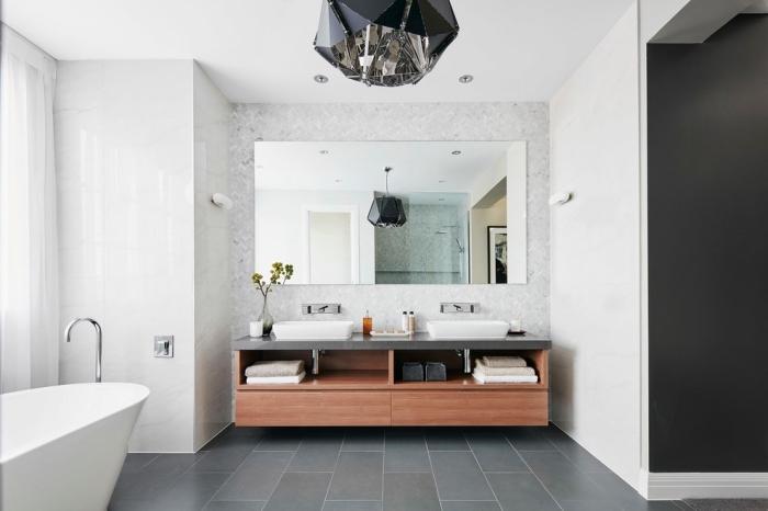 exemple de salle de bain blanche avec plancher gris, modèle luminaire design futuriste en verre à effet miroir