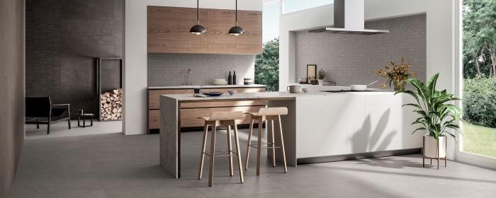 idée peinture gris clair dans une cuisine contemporaine, déco cuisine avec meubles en bois et îlot central en blanc et béton