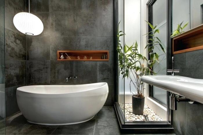 astuce gain place avec une niche bois foncé dans une salle de bain noir et blanc, exemple mini garden zen dans une salle de bain