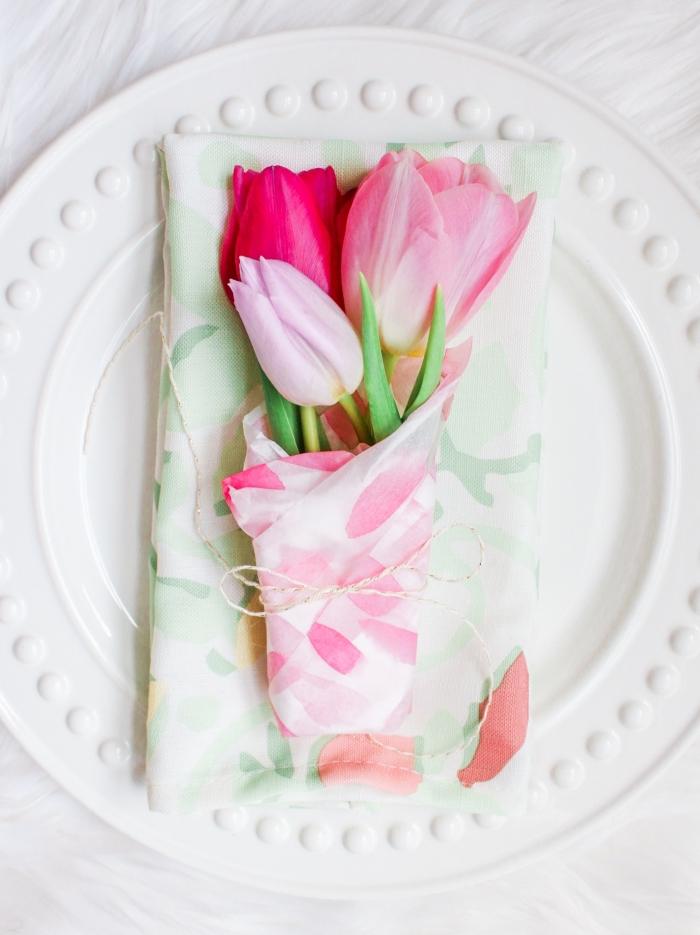 pliage serviettes classique pour décorer une table de fête, serviette à motifs floraux doux décoré d'un petit bouquet de tulipes