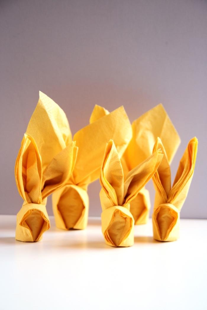 plaige serviettes en forme de petits lapins de pâques pour la décoration de la table de pâques