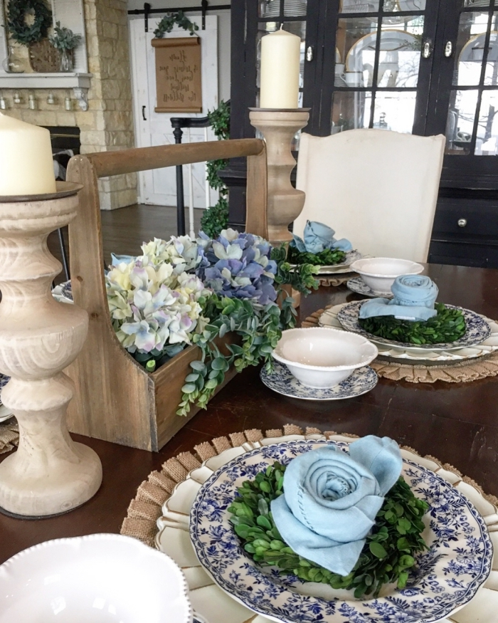 une déco de table naturelle et fleurie avec serviettes pliées en roses couleur bleu ciel, pliage serviettes de pâques en forme de fleurs printanières
