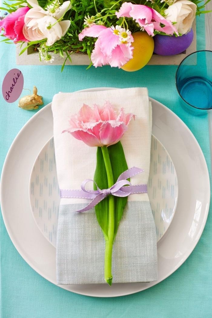 pliage serviettes en lin classique décorées avec des tulipes pour une belle présentation de la table de fête
