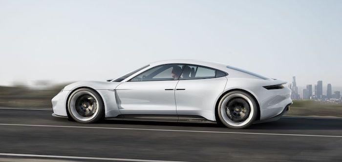 Le Porsche Macan 100% électrique accompagnée de la Taycan issue du concept car Mission E