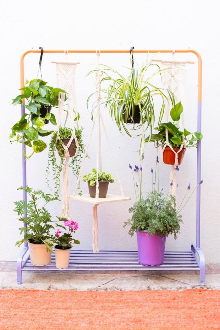 un portant à vêtements repeint et détourné en jardin vertical de plantes suspendues, suspension de plantes bohème chic