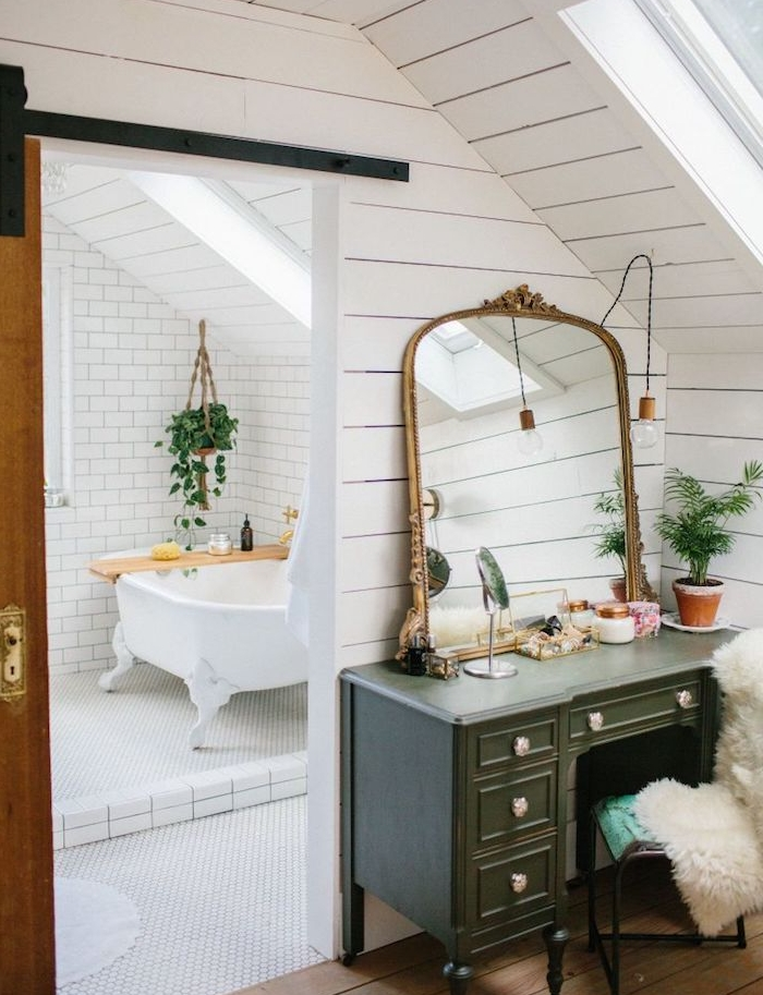 salle de bain en carrelage metro blanc, baignoire blanche avec baignoire et une plante verte suspendu pot macramé, chambre avec coiffeuse vintage
