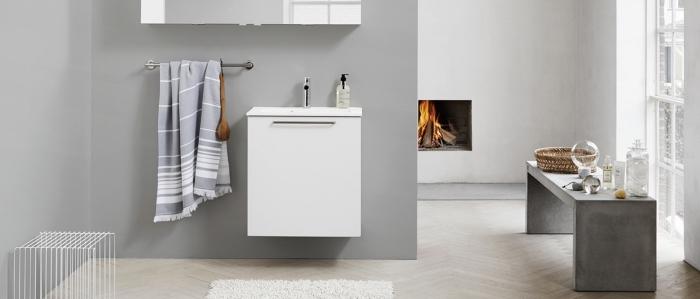 exemple de salle de bain tendance, modèle pièce spacieuse aux murs clairs avec peinture gris clair et parquet blanc