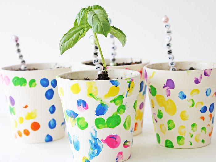 pot de fleur décoré à empreintes de doigt colorés, idée de cadeau fete des meres a faire soi meme et bricolage de printemps
