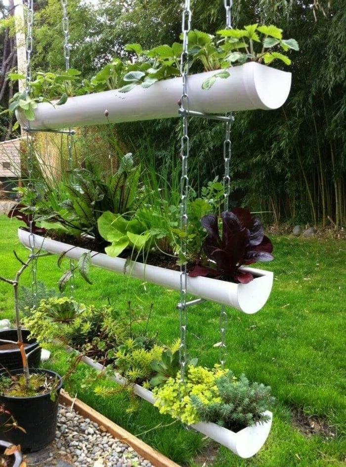 créer un petit potager suspendu avec trois jardinières en gouttières recyclées, cultiver des plantes et des fleurs à la verticale