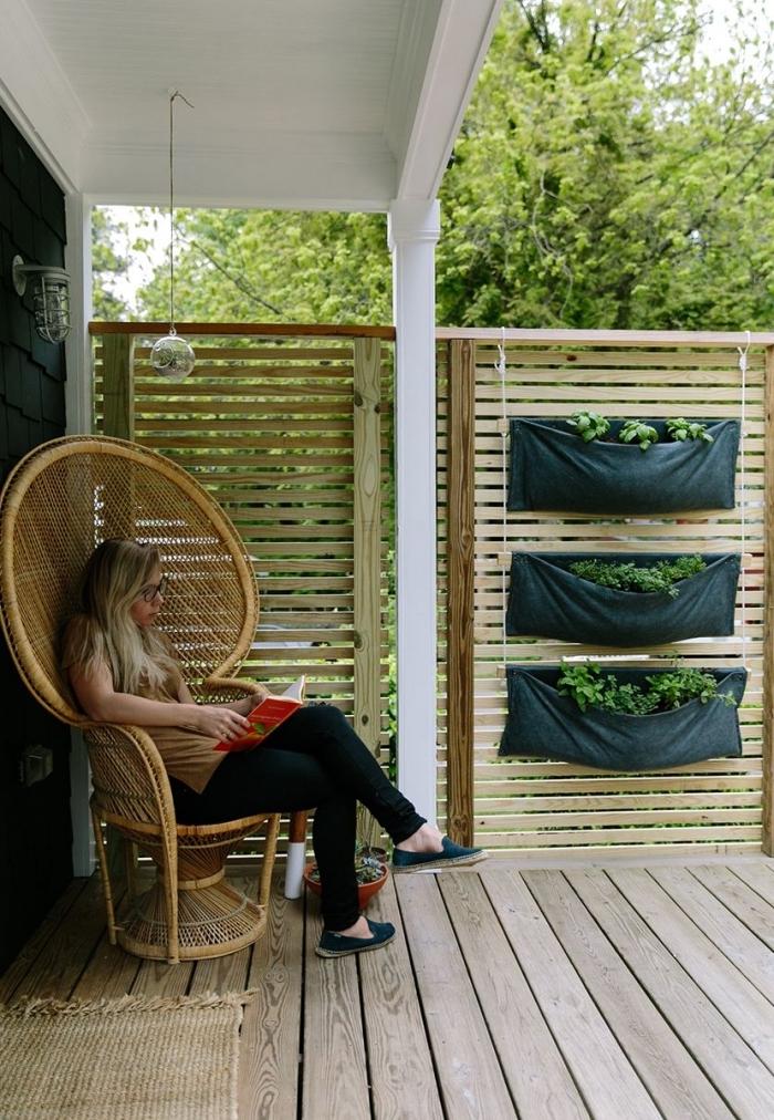 potager suspendu d'aromatiques avec trois poches pour plantes, créer un petit potager ou jardin sur une terrasse ou balcon