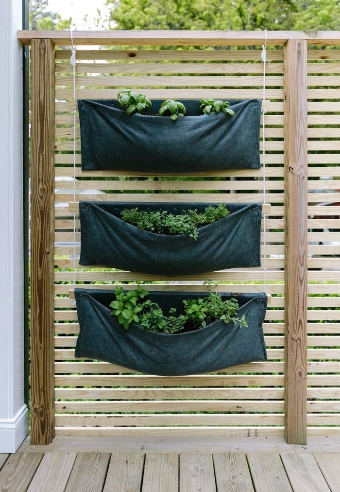 réaliser un potager suspendu sur votre balcon, terrasse ou véranda avec trois poches de plantation