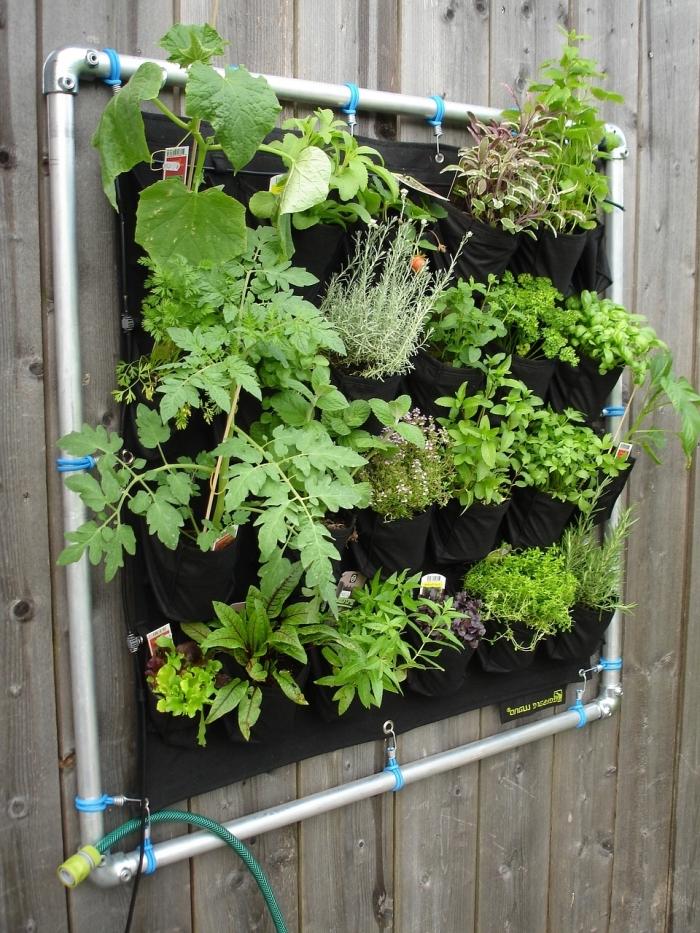 des poches de plantation verticale avec système d'arrosage, idée de jardiniere haute à faire soi-même