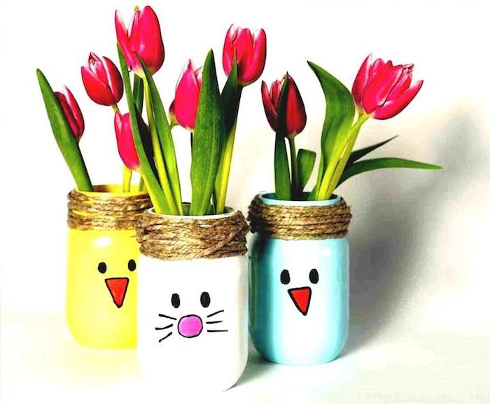 pot de fleur à motif lapin dessiné au feutre et peinture couleurs variées pour repeindre un pot rempli de tulipes, printemps activités