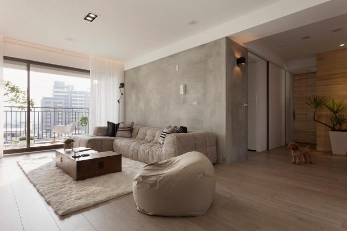 aménagement salon avec meubles bois, déco pièce aux murs à texture béton ciré, revêtement plancher imitation bois