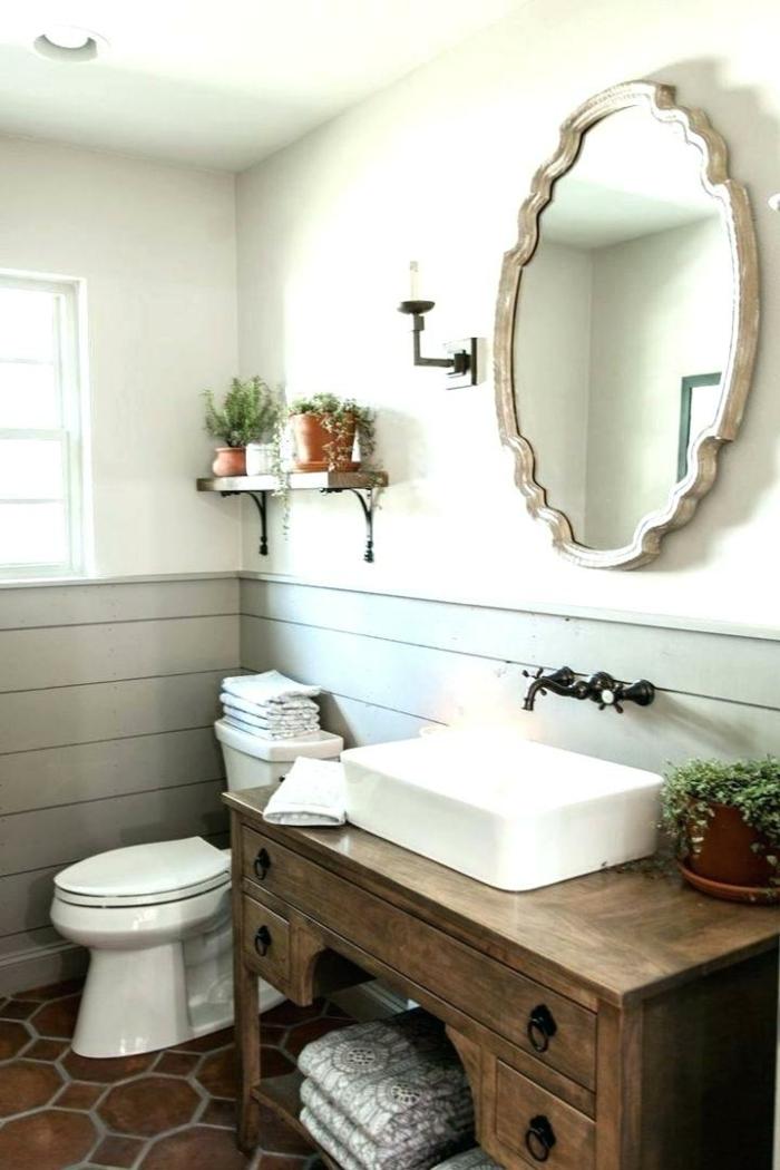 bureau en bois, miroir au cadre décoratif, bureau en bois comme meuble vasque, robinets vintage, idee deco wc vintage