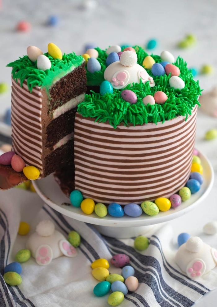 recette de paques pour un layer cake au chocolat origina , décoration de gâteau queue de lapin d'herbe en glaçage vert