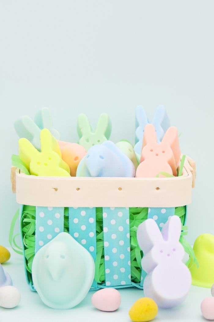 modèle de savon diy en forme de lapin, bricolage paques facile, diy panier en bois et tissu turquoise à dots blancs