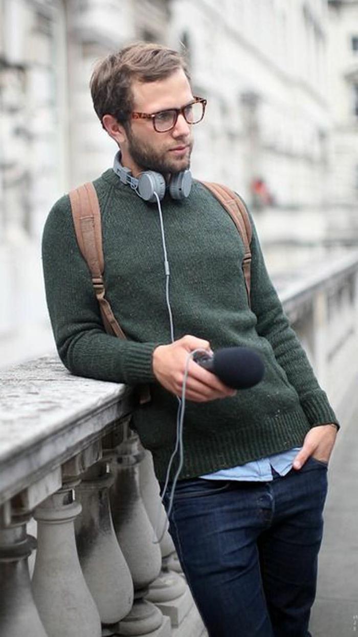 comment bien s habiller au quotidien, porter un pull avec jeans foncés et chemise, modèle de sac à dos cuir marron pour homme