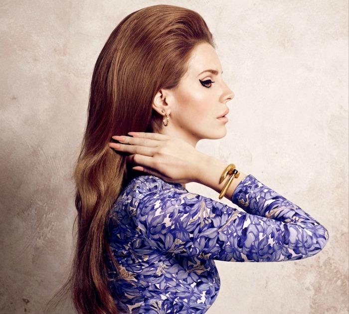 lana del rey avec une coiffure année 60 avec volume sur le dessus, cheveux lisses couleur rousse