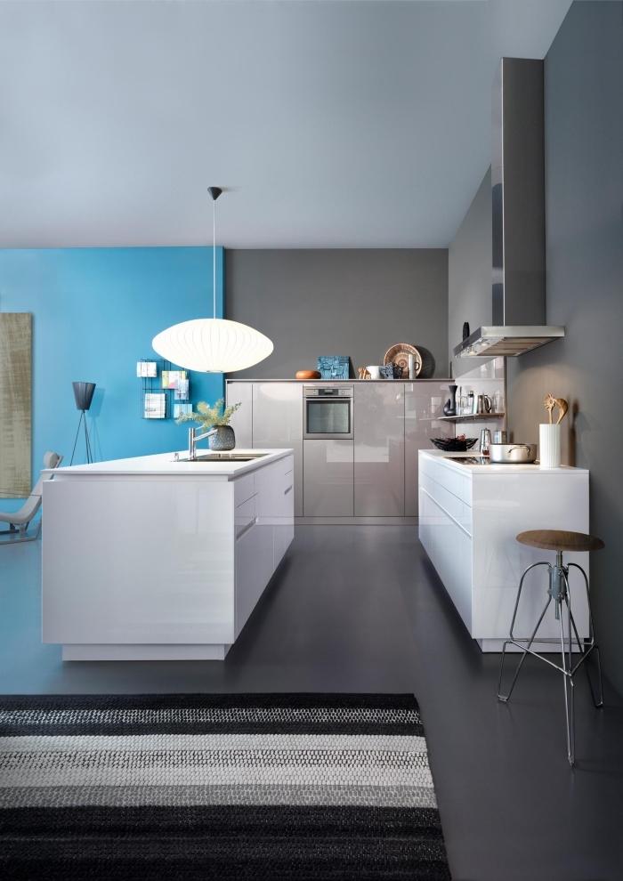 design intérieur contemporaine dans une cuisine ouverte vers le salon, modèle de cuisine laqué blanc aux murs gris