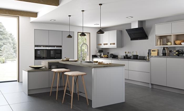 plafond blanc avec poutres apparentes bois, déco de cuisine contemporaine avec îlot, modèle cuisine grise et blanche
