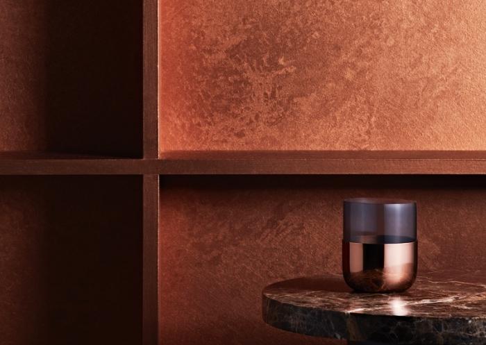 exemple texture mur métallisé, design intérieur moderne avec revêtement mural à effet, déco salon aux murs cuivre ou bronze