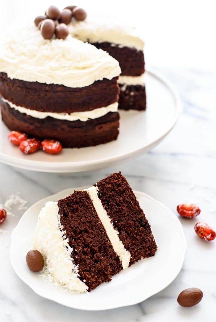 gateau de paques au chocolat facile fourré de crémage et décoré de mini-oeufs en chocolat, recette de naked cake au chocolat pour la fête de pâques