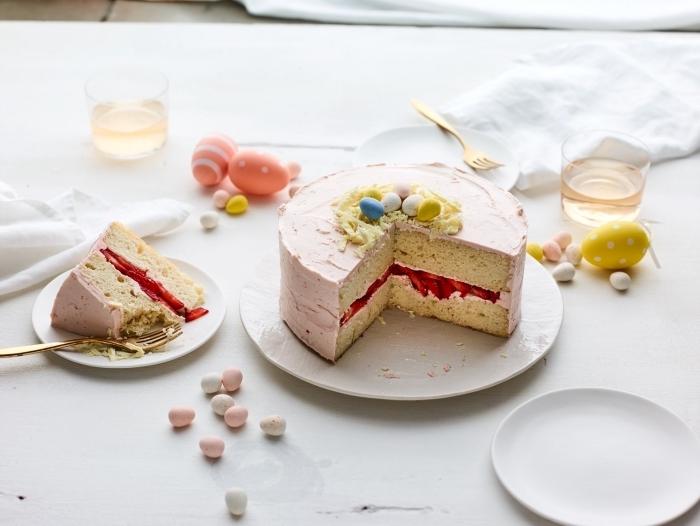 recette de gateau nid de paques traditionnel à la vanille avec une garniture de confiture à la fraise express