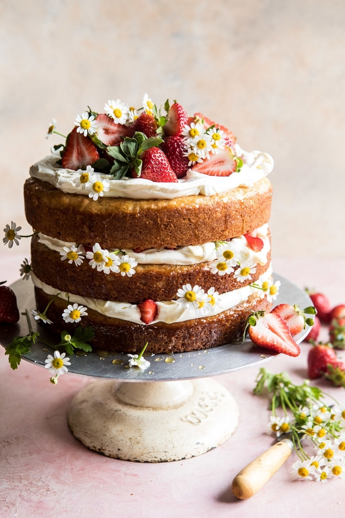recette facile de naked cake aux fraises nappé de crème au beurre, recette de paques pour un cake au goût du printemps