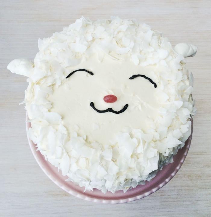 un gâteau façon tête de mouton à la noix de coco, recouvert de glaçage de crème beurre, dessert de paques original qui fera sourire les invités