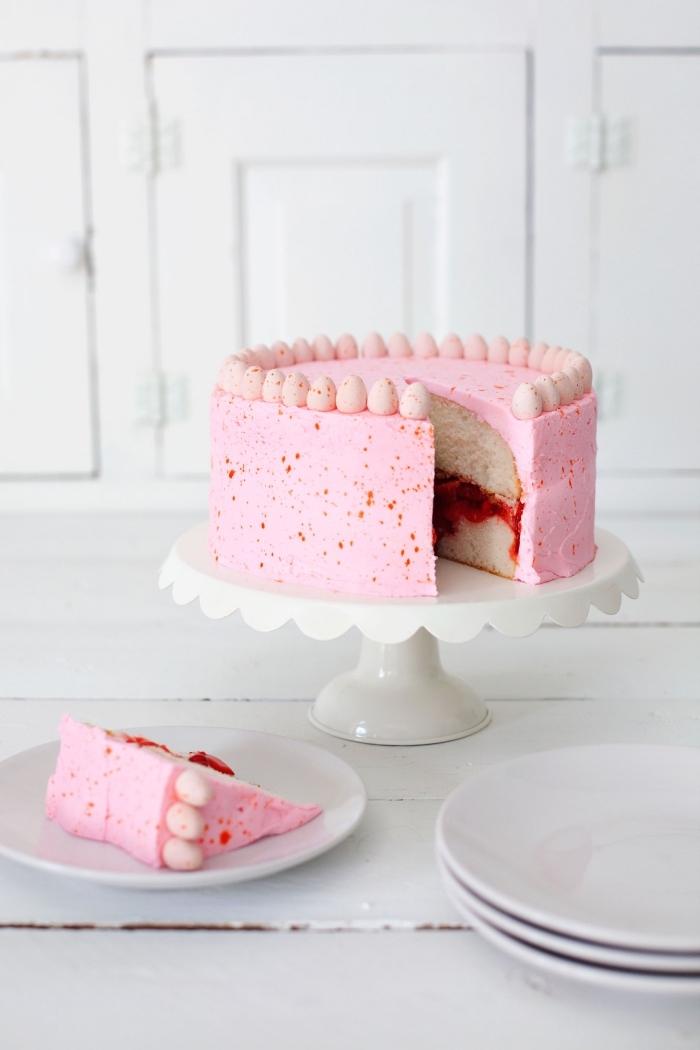 recette de gâteau festif spécial pâques à la vanille fourré de confiture de fraises au glaçage de crème au beurre et fraise, recette de paques pour un gâteau vanille et fraise léger