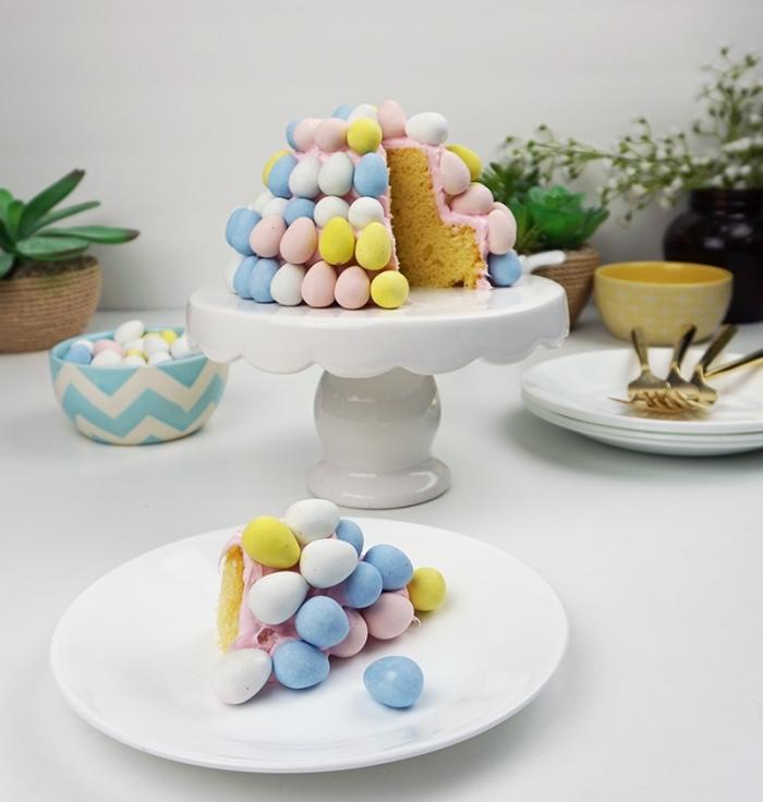 gâteau spécial pâques à la vanille recouvert de petits œufs de pâques pastel en chocolat