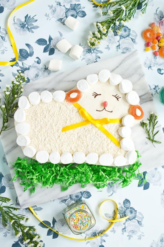 gâteau de fête en forme de mouton à la guimauve et à la noix de coco posé sur un plateau en marbre