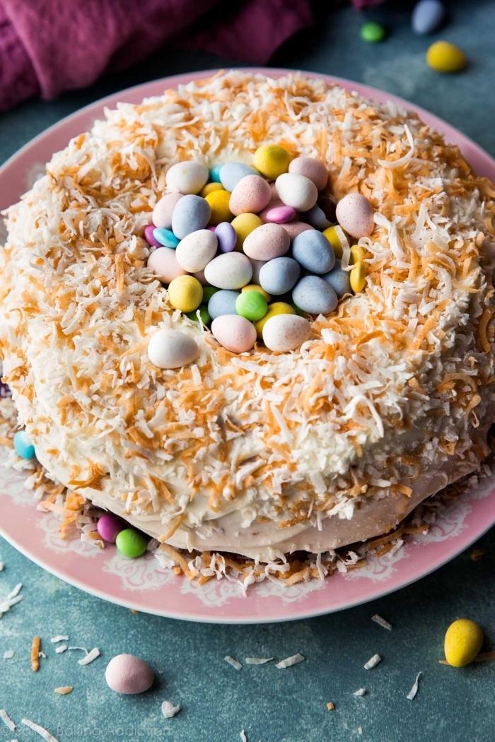 gateau nid de paques traditionnel au glaçage de crème beurre décoré de noix de coco grillée